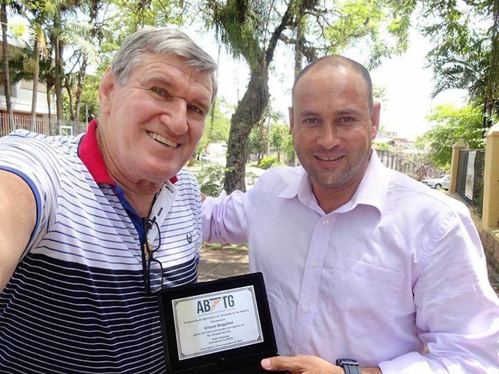 Foto com o ex goleiro e árbitro Professor Vilson Bagatini.