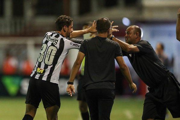 Comemoração do gol do zagueiro Gabriel.