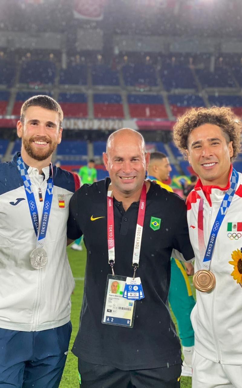 Goleiros da seleção da Espanha Unai Simon e da seleção Do México Ochoa.